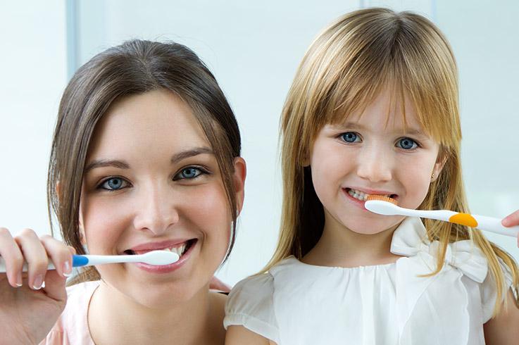 Wer seine Zähne nicht richtig putzt, riskiert Karies und Paradontitis.