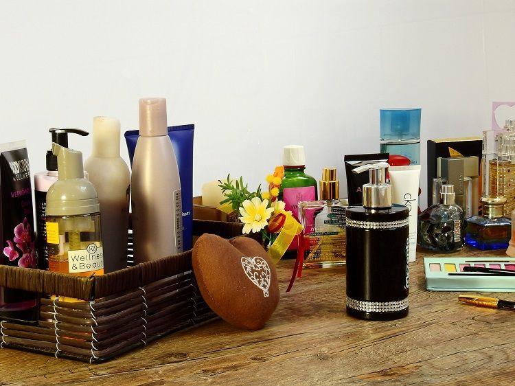 Kosmetik und Lidschatten auf einem Tisch