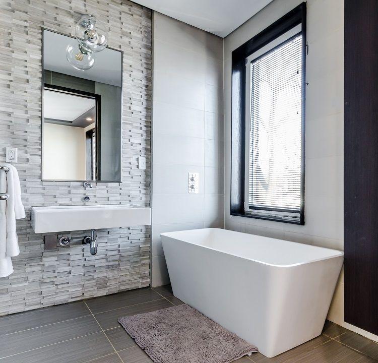 Ein Sichtschutz für das Badfenster in Form einer Jalousie.