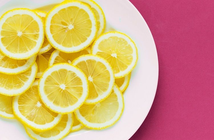 Frische Zitronenscheiben sagen üblen Abflussgerüchen den Kampf an.