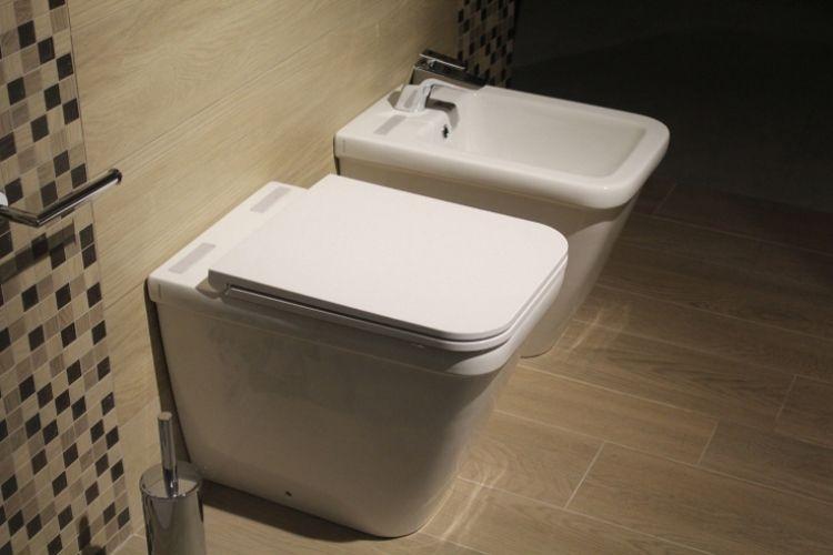 Das Bidet (rechts im Bild, neben dem WC) – der Inbegriff der französischen Reinlichkeit.